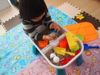 キネティックサンドで遊ぶ2歳児