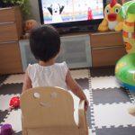 キコリの小いすに座る11ヶ月の娘