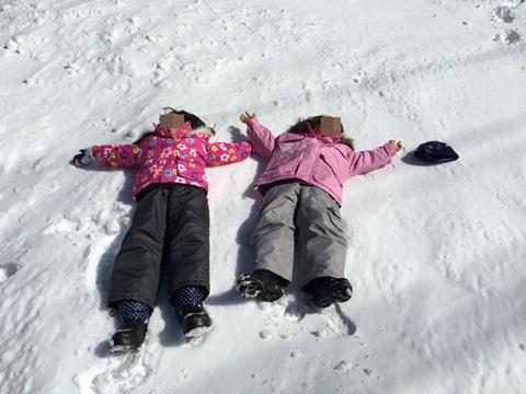 雪の上に寝る