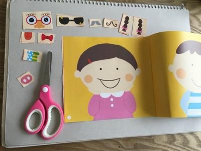 こんな感じでページの脇にあるパーツを子どもに切ってもらいます。 kaboちゃんは上手に切れないので、一緒に手伝って切りました^^