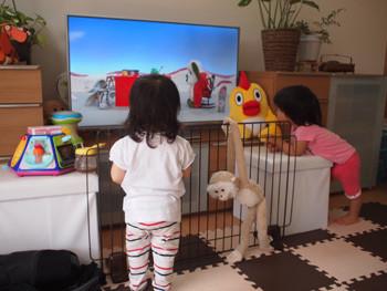 テレビを見る子ども達