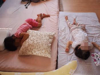 寝る子ども達