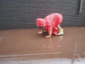 雨のベランダで遊ぶ