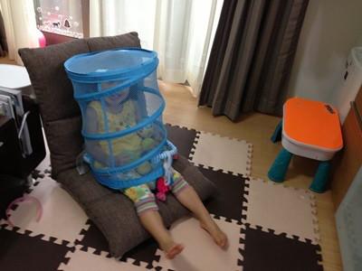 座椅子に座る娘