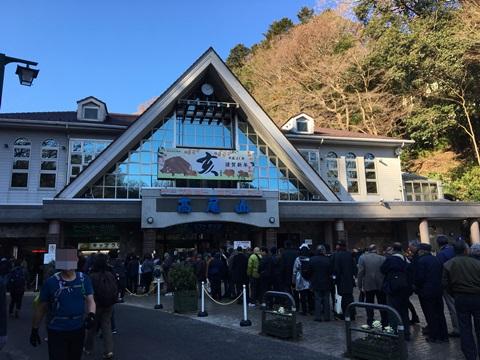 高尾山初詣ケーブルカー待ち