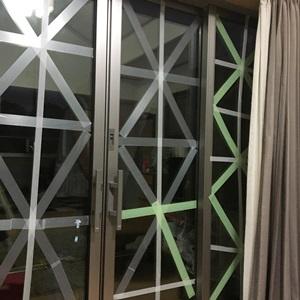 窓の養生テープ貼り