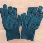親指と人差し指が出ている手袋