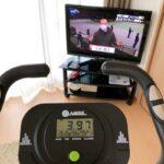 エアロバイクに乗ってテレビを見る