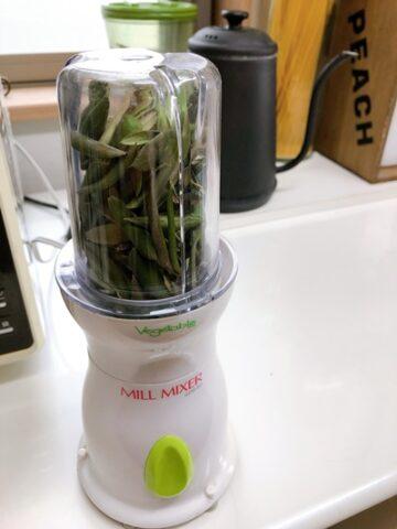 電動ミルで茶葉を粉砕